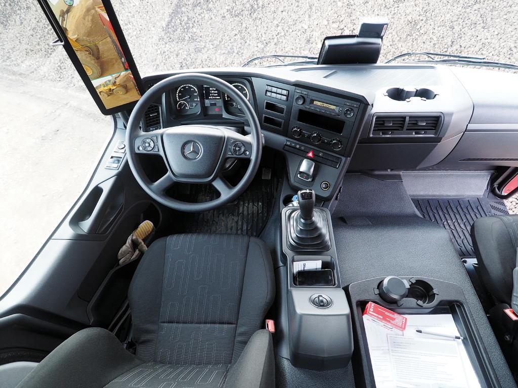 Wnętrze jak na samochód budowlany jest bardzo przyzwoicie wykonane. Deska rozdzielcza, znana od kilku lat, to typowy produkt Mercedesa. Jest tam wszystko, co potrzeba i w dodatku w zasięgu ręki.