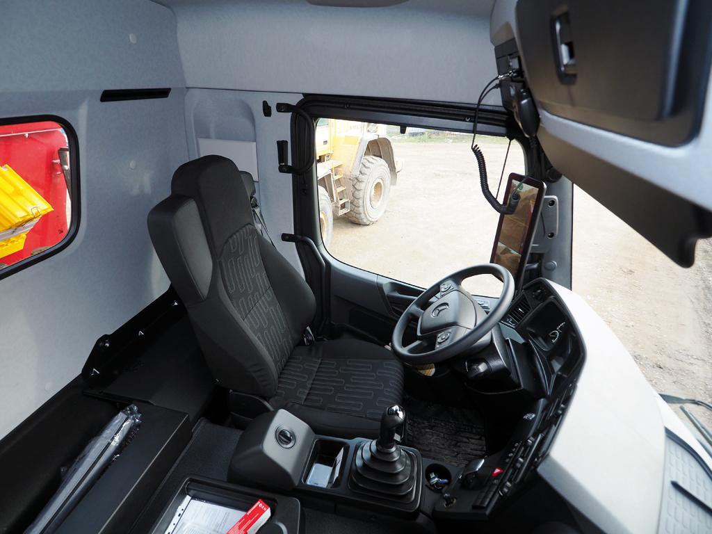 Widoczność, oprócz montowanego w Arocsie od roku systemu MirrorCam poprawia okno inspekcyjne w tylnej ścianie. Jak widać, w kabinie M jest też nieco miejsca za fotelami na umieszczenie potrzebnego sprzętu czy odzieży.