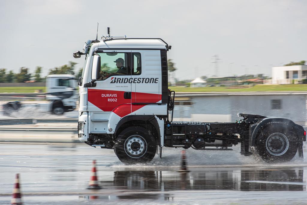BRIDGESTONE: Duravis R002 – najlepsze w swojej klasie osiągi na mokrej nawierzchni, Magazyn Ciężarówki