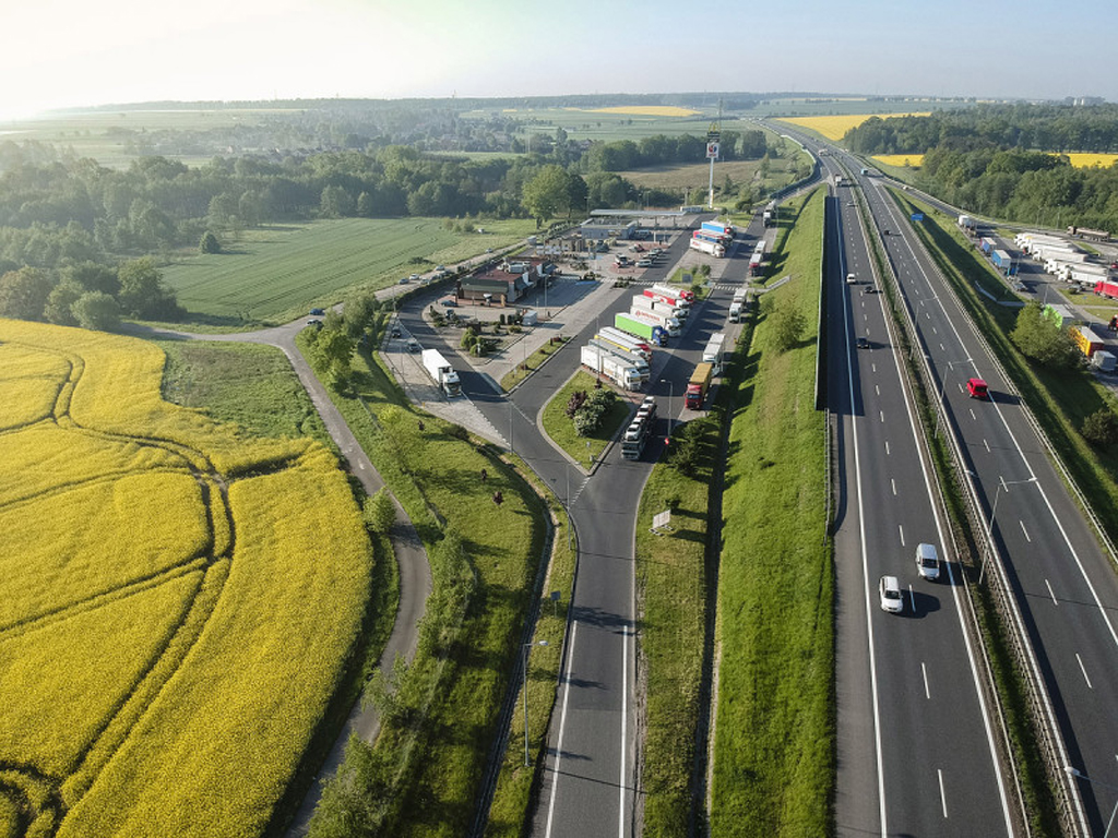 ELEKTROMOBILNOŚĆ: Kolejne stacje ładowania samochodów elektrycznych przy autostradach, Magazyn Ciężarówki