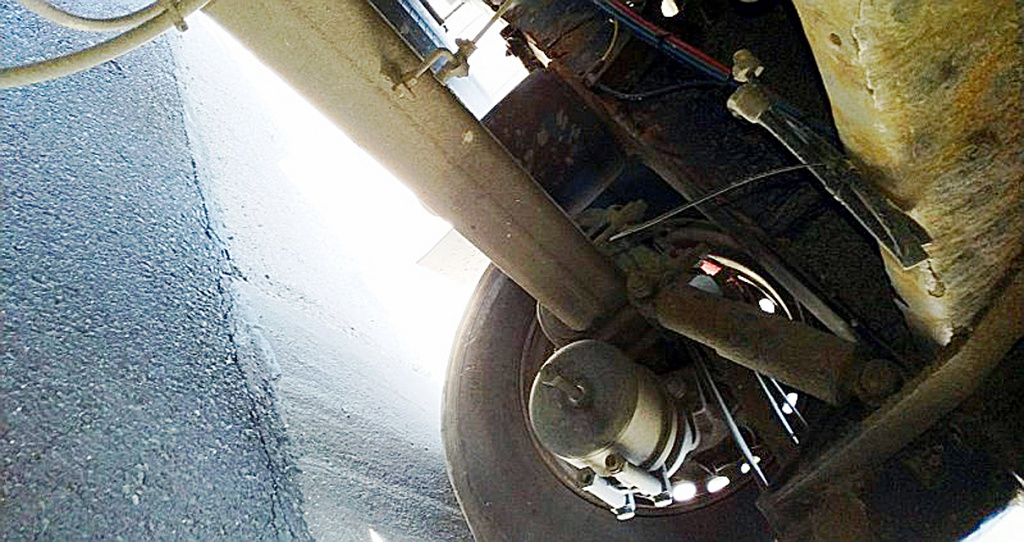 Prawo: 40-tonowy transport nawozu z odłączonymi przewodami hamulcowymi, Magazyn Ciężarówki