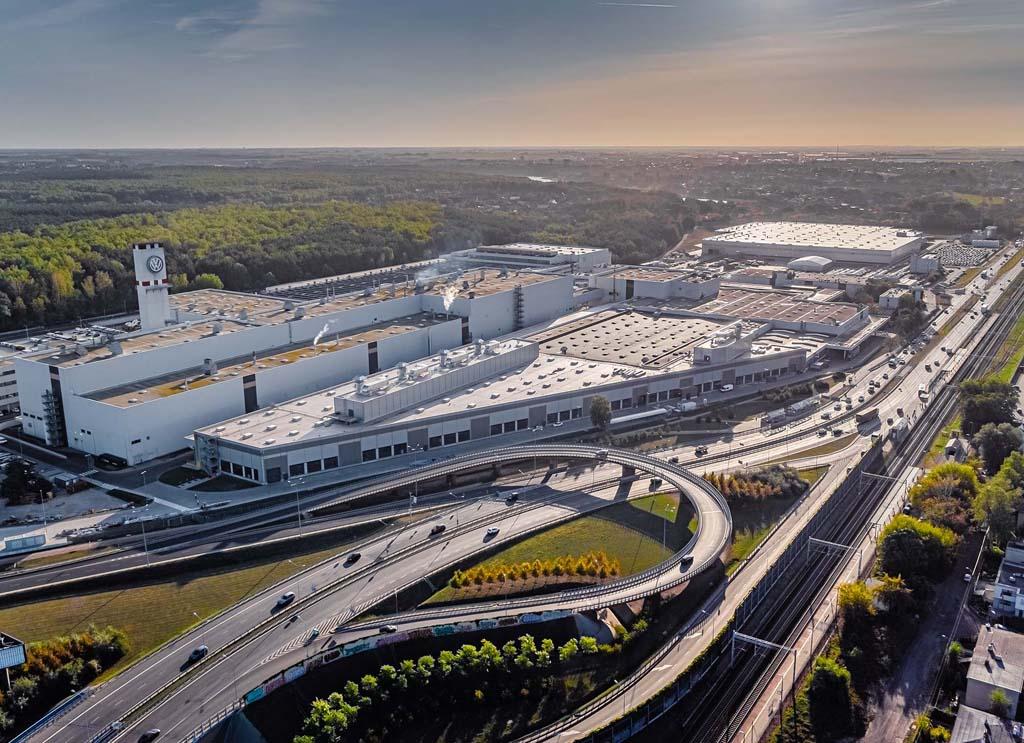 VOLKSWAGEN POZNAŃ: Zwiększa produkcję, ale zapowiada też redukcję załogi, Magazyn Ciężarówki