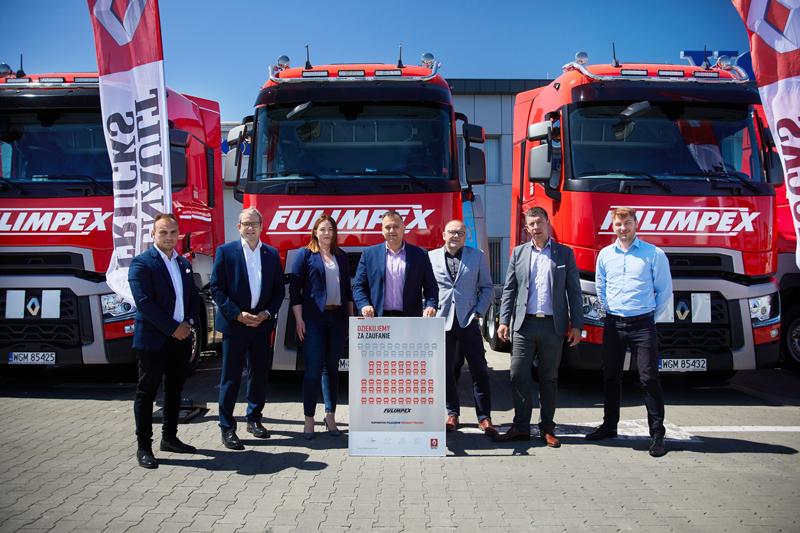 W uroczystym przekazaniu wzięli udział (od lewej): Damian Kaczmarek, dział sprzedaży bezpośredniej Renault Trucks Polska, Philippe Gorjux, dyrektor zarządzający Renault Trucks Polska, Monika Gawryś ASR, Marcin Fulbiszewski, prezes Fulimpex, Marcin Majak, dyrektor sprzedaży Renault Trucks Polska, Piotr Żuk, Area Sales Manager i Dominik Dominiak, RTFS.