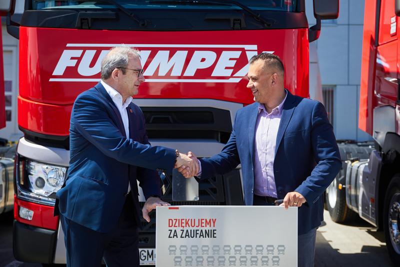 Philippe Gorjux, dyrektor zarządzający Renault Trucks Polska (z lewej) i Marcin Fulbiszewski, prezes Fulimpexu.