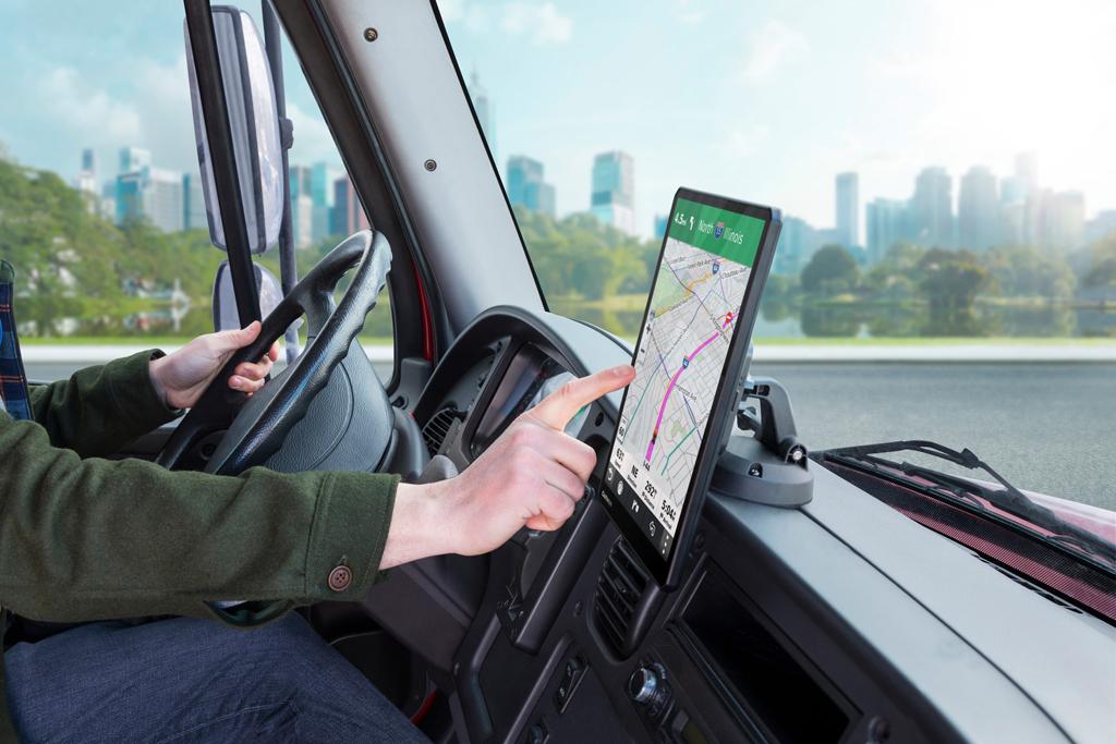 Garmin: Nowe nawigacje do samochodów ciężarowych z serii dēzl™, Magazyn Ciężarówki