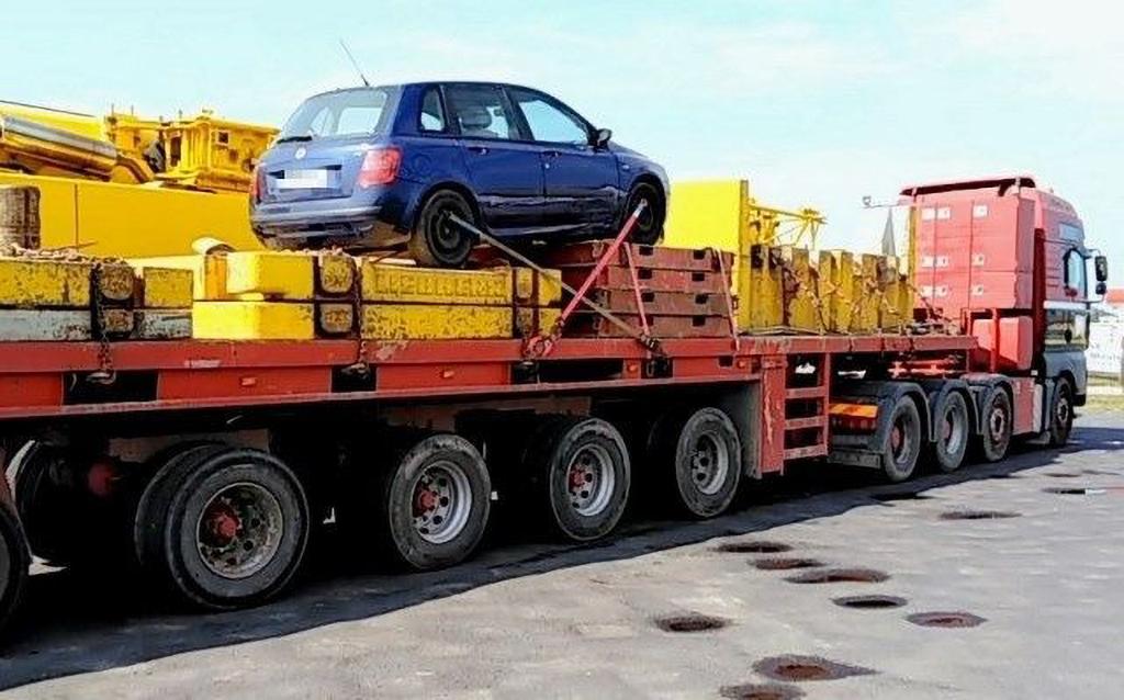 Prawo: 100-tonową ciężarówkę z balastami do żurawia budowlanego dociążył samochodem osobowym, Magazyn Ciężarówki