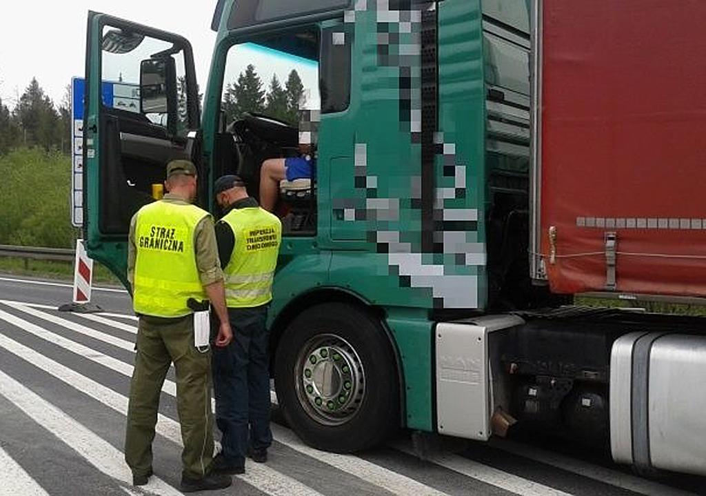 Prawo: Koronawirus nie zwalnia przewoźników z obowiązku posiadania zezwoleń, Magazyn Ciężarówki