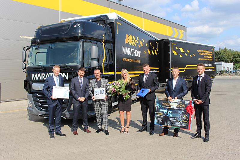 Klucze do dwusetnego DAF-a w swojej flocie Emil Lisowski odebrał wraz z małżonką z rąk dyrektora zarządzającego DAF Trucks Polska Mariusza Piszczka (drugi od lewej), menedżera marketingu DAF Trucks Polska Zbigniewa Kołodziejka (pierwszy z lewej) i Jarosława Szymkowiaka, prezesa firmy ESA Trucks (trzeci z prawej).