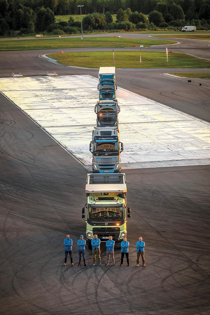 """Polscy instruktorzy Szkoły Doskonalenia Jazdy Volvo skopiowali """"Wieżę Volvo"""" ze światowej premiery w Szwecji na płycie Toru Jastrząb. I to bez użycia dźwigów!"""