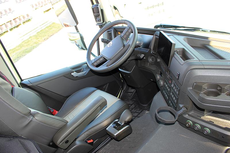 Wnętrza wszystkich nowych Volvo są wyposażone w nowoczesne kokpity z centralnym, 12-calowym wyświetlaczem zastępującym zegary i wskaźniki oraz opcjonalnym, 9-calowym ekranem na środkowej konsoli. Na zdjęciu FMX.