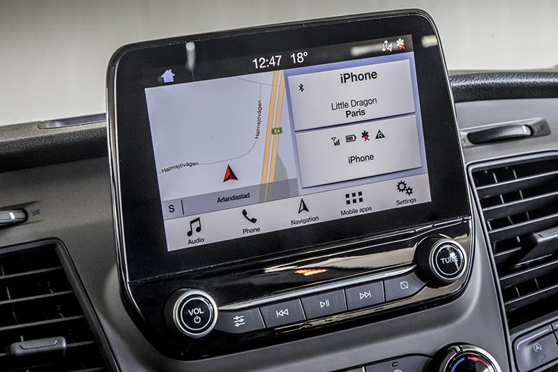 """Duży """"tablet"""" z dotykowym ekranem na szczycie środkowej konsoli obsługuje wiele funkcji, m.in. radioodtwarzacz, nawigację i telefon."""