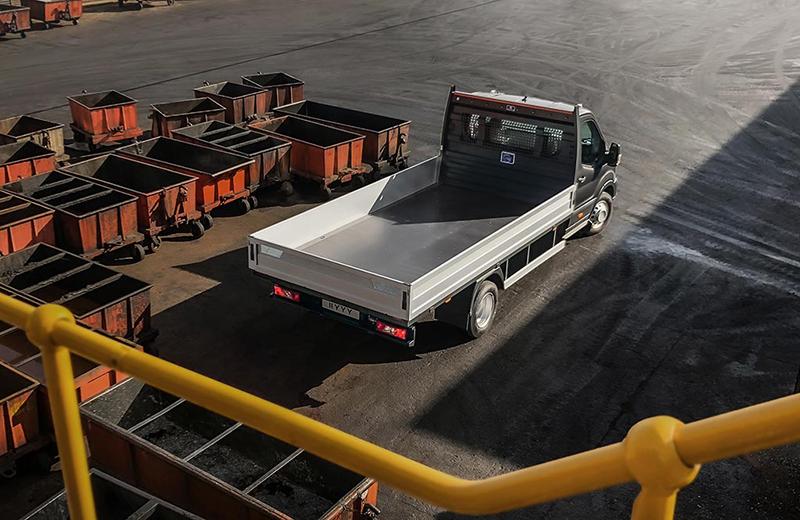 Wyższa dopuszczalna ładowność 5-tonowego Transita wymogła udoskonalenie elementów mechanicznych. Podwozie ma zmodernizowane zespoły piast, a także nowe hamulce o większej skuteczności na tylnej osi.