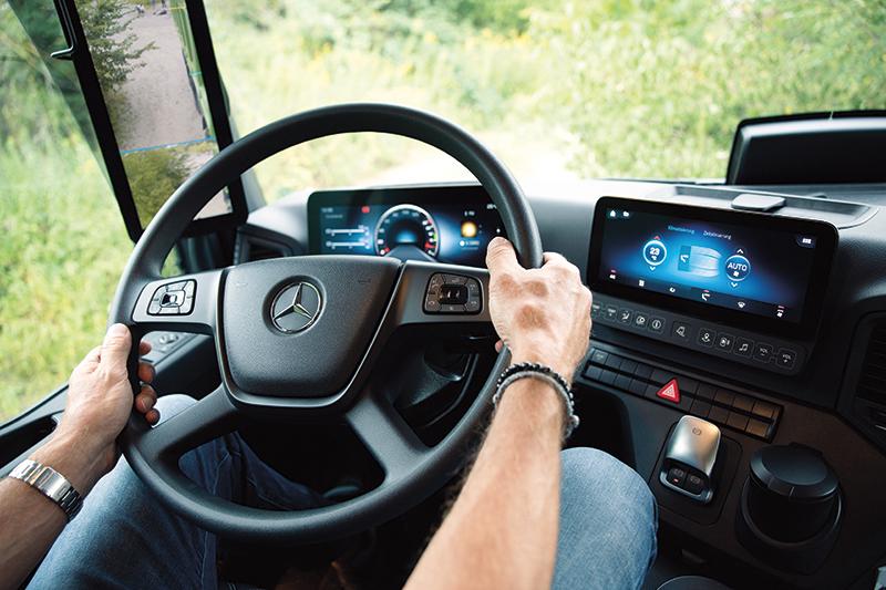 Mercedes-Benz Trucks jest pierwszym producentem oferującym w pełni zintegrowany i skomunikowany sieciowo Multimedia Cockpit. Nawet w pojazdach budowlanych.
