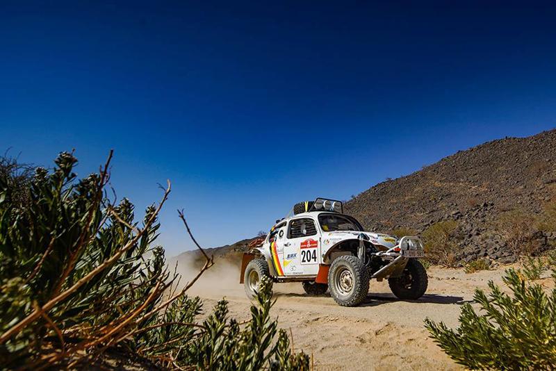 Uwaga na klasyki! Radzą sobie na pustynnej trasie całkiem dobrze. W drugim etapie VW Beetle belgijskiej załogi Benoît Callewaert/Ghislain Morel dotarł do biwaku w Wadi z 17. wynikiem spośród wszystkich startujących!