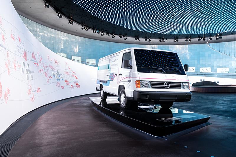 Dostawczy Mercedes MB 100 był mobilnym laboratorium technologii przyszłości. Na jednym tankowaniu wodoru NECAR pokonywał ok. 130 km przy prędkości maksymalnej 90 km/h.