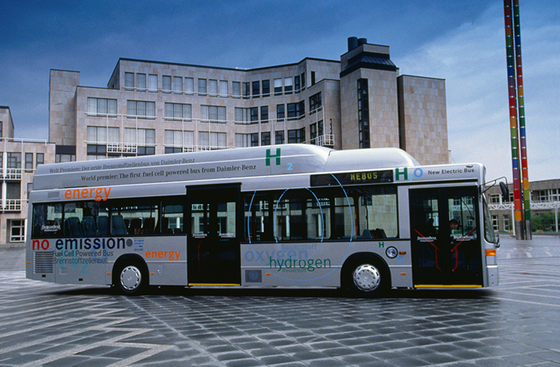 W tę innowacyjną technikę napędową wyposażono również pojazdy użytkowe. Testowano autobusy do regularnej obsługi pasażerów - premiera NEBUS (Nowy Autobus Elektryczny) odbyła się w 1997 roku.