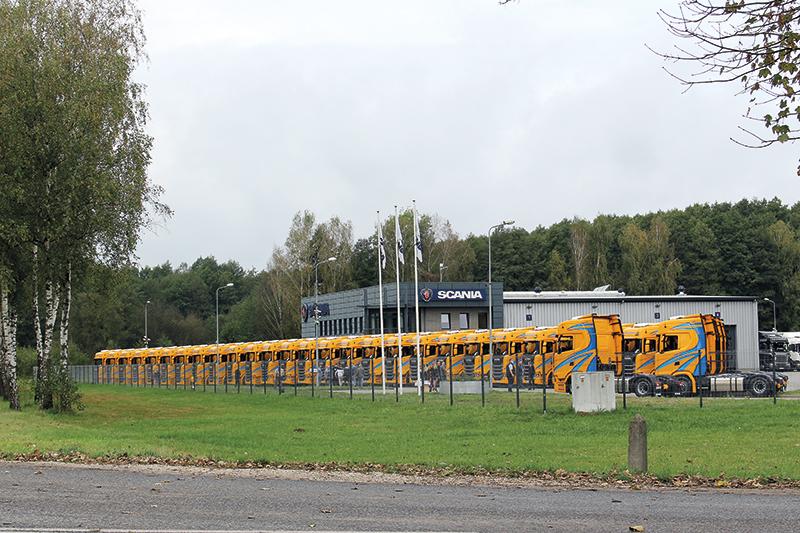 Takie widoki jak ten przed obiektem w Makowiskach k. Bydgoszczy to efekt dobrej współpracy serwisu i handlowca oraz oczywiście możliwość zaoferowania dobrego produktu, jakim są pojazdy Scania.