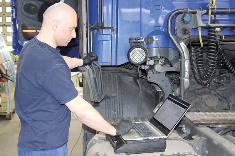 Dzisiaj podstawą pracy mechanika jest skuteczna diagnostyka komputerowa. Przy pracy Janusz Paziewski – to jeden z sześciu ludzi, którzy w 2007 roku wygrali światowy konkurs mechaników Scania Top Team.