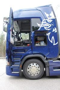 Przyjazny dla użytkownika i ergonomiczny zestaw czterech stopni wejściowych prowadzi do kabiny typu S.