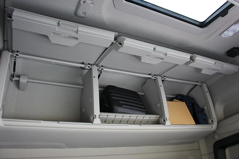 Przy jednoosobowej obsadzie zamiast górnego łóżka można zamontować zestaw pojemnych, zamykanych szafek.