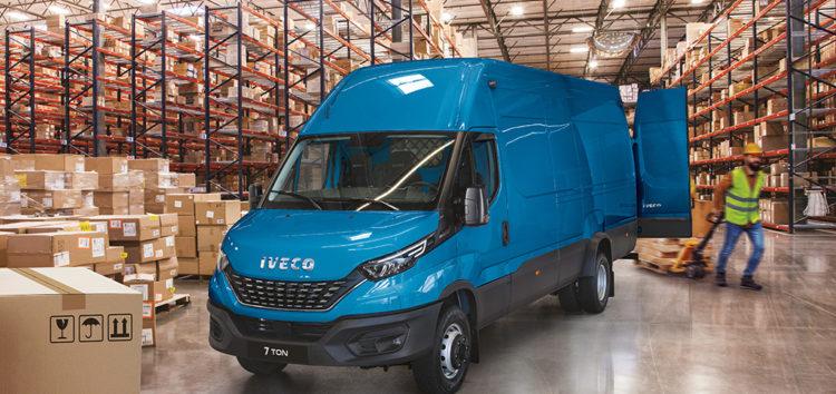 """IVECO: 7-tonowy Daily z tytułem """"Samochodu ciężarowego roku"""" w plebiscycie Fleet News Awards 2021"""